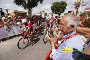 Miles de almerienses y visitantes se han congregado en la salida de la sexta etapa con la que se despide la participación almeriense en la prueba reina del ciclismo nacional.