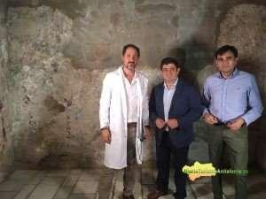 José Luis Ojeda, Francisco Reyes y Juan Ángel Pérez, ante la pared donde se encuentran estas pinturas decorativas.
