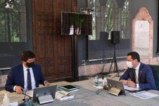 El presidente de la Junta, Juanma Moreno, junto al vicepresidente Juan Marín, durante la reunión del Consejo de Gobierno donde se ha aprobado el Decreto.
