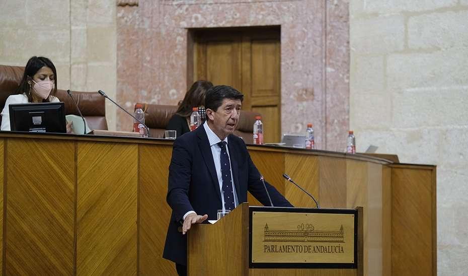 El vicepresidente y consejero de Turismo, Juan Marín, interviniendo este miércoles ante la presidenta del Parlamento, Marta Bosquet.